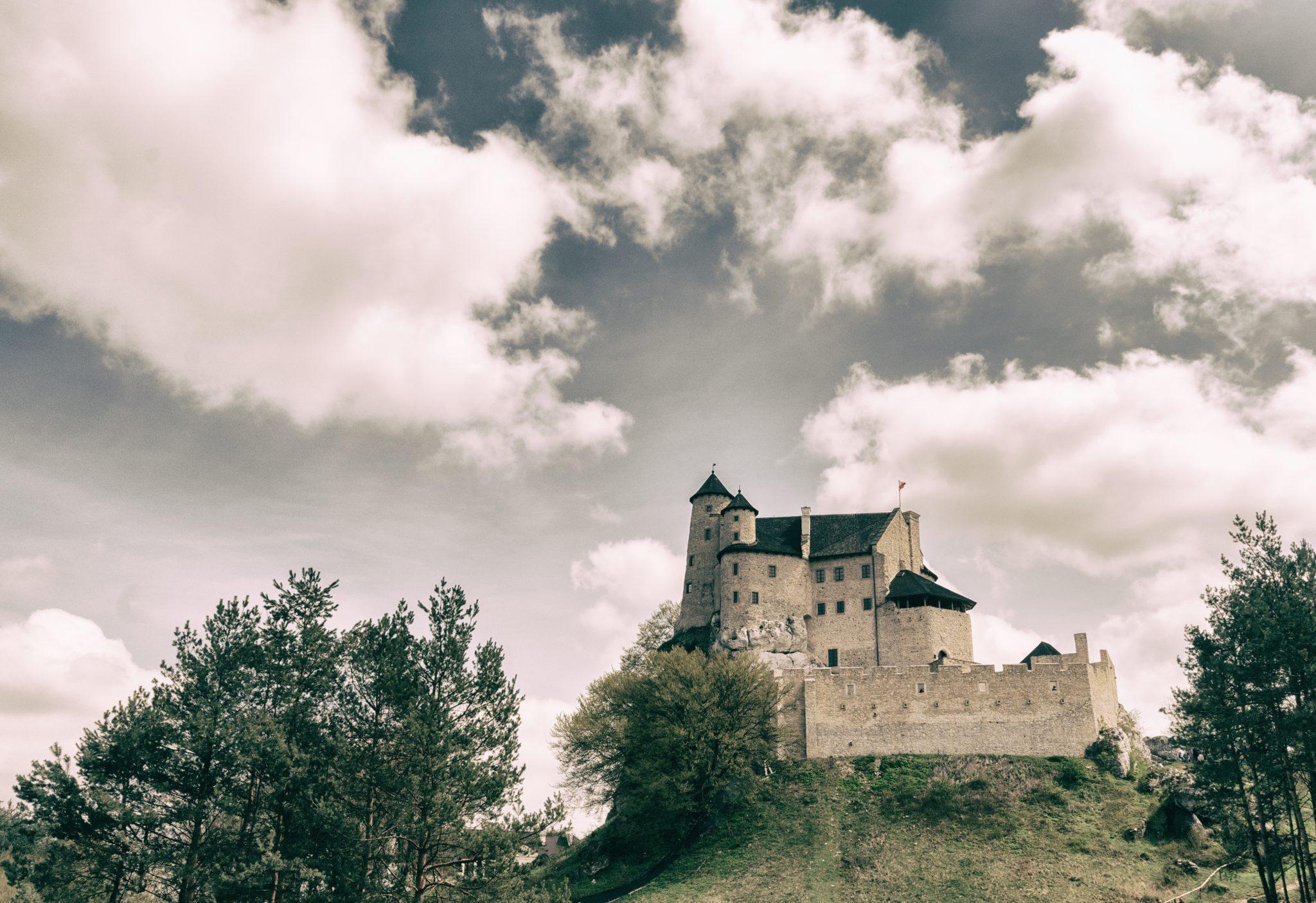 Jeden zamek i ruiny